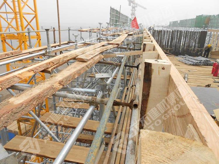 北京地铁盘式脚手架正在搭建中